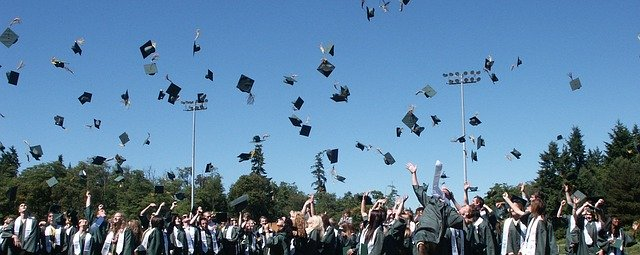 Gorros al cielo en graduación