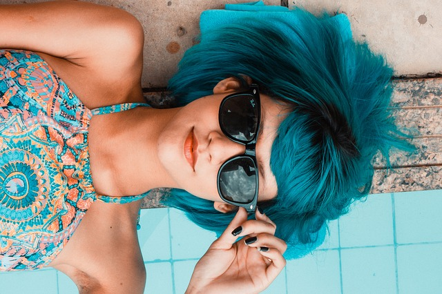 Chica con el pelo azul