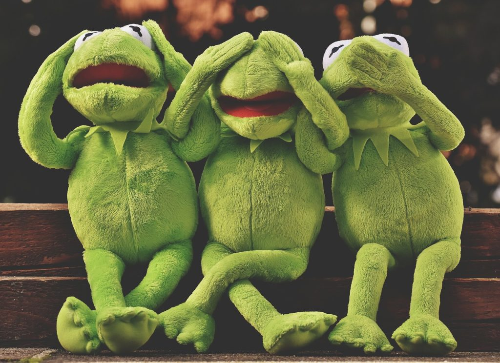 """La rana Gustavo ilustra el proverbio """"No oír, no ver, no hablar"""""""