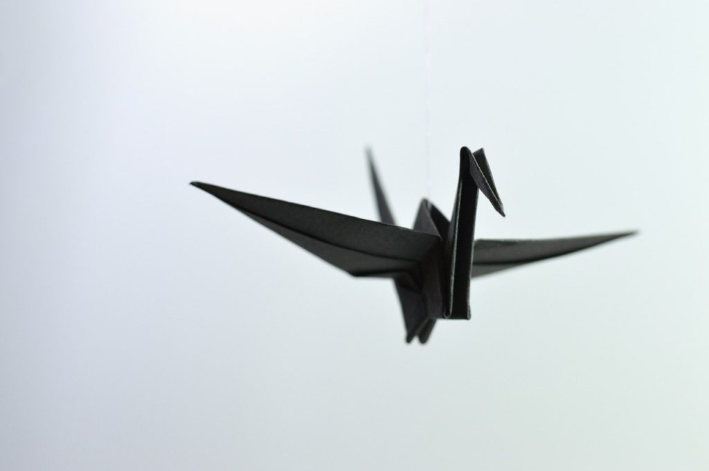 Pájaro de origami de color negro