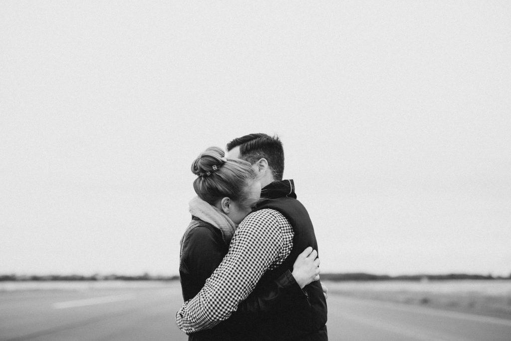 Vista lateral de un abrazo
