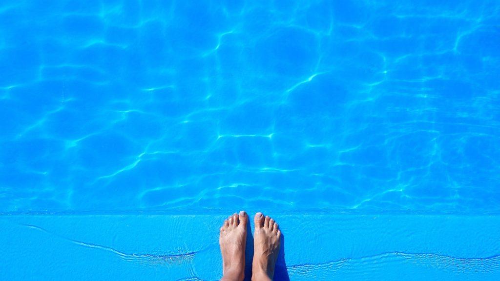 Pies al borde de la piscina