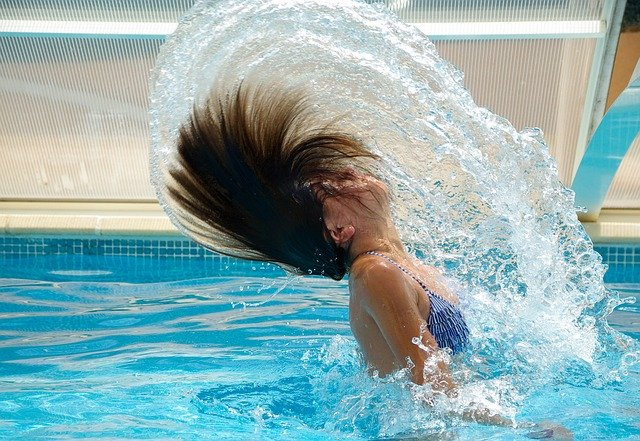 Mujer salpicando agua