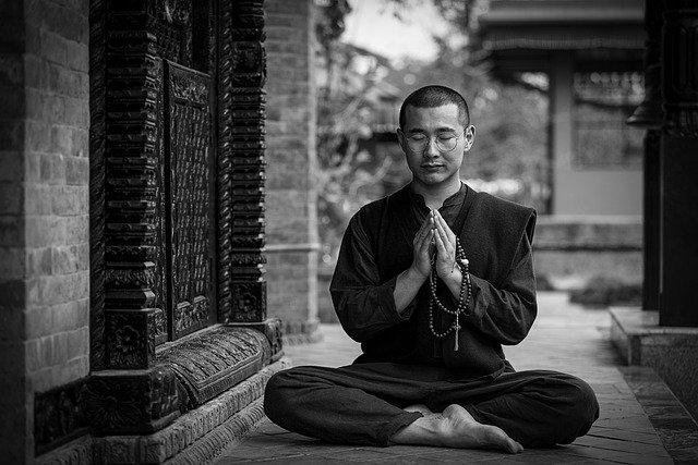 Monje oriental haciendo yoga